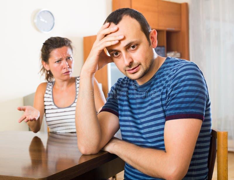 Жена и злющий супруг обсуждая развод стоковое изображение rf