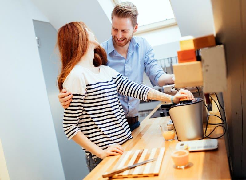Жена порции супруга в кухне стоковое изображение rf