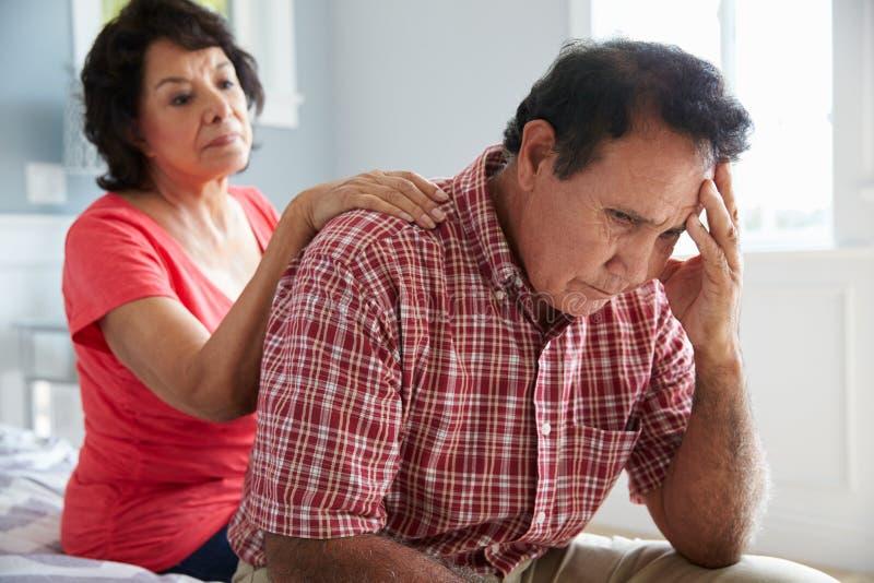 Жена утешая старшего супруга страдая с слабоумием стоковое фото