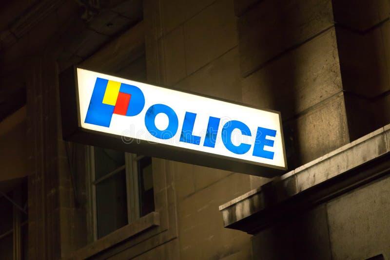 Женева/Швейцария - 29 09 18: Лампа ночи доски неоновой вывески отделения полици привела светлое стоковые фотографии rf