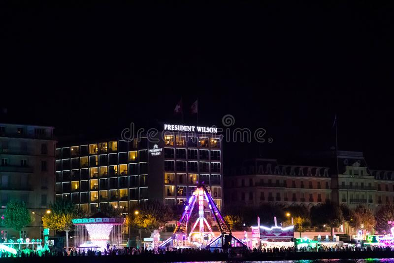 Женева/Швейцария 18 07 18: Президент Уилсон гостиницы в Женеве на ноче во время ярмарки лета стоковое фото rf
