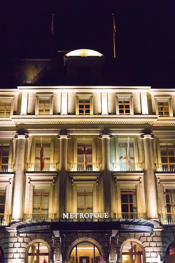 Женева/Швейцария 09 09 18: Свет ночи Женевы гостиницы Metropole роскошный причудливый стоковое фото rf