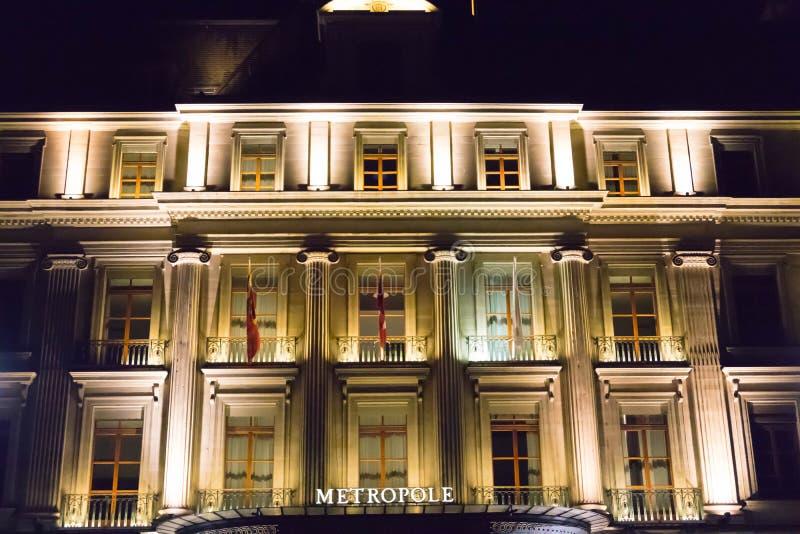 Женева/Швейцария 09 09 18: Свет ночи Женевы гостиницы Metropole роскошный причудливый стоковые фотографии rf