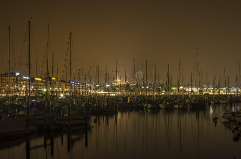 Женевское озеро и город к ноча стоковые изображения rf