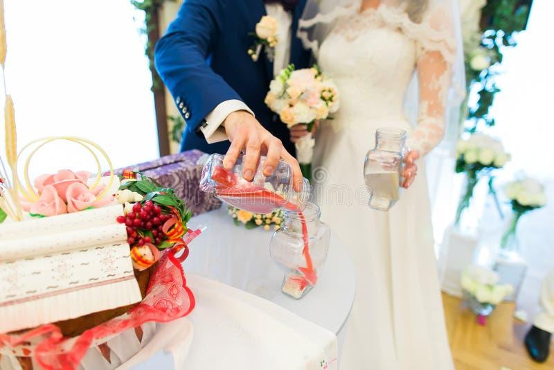 Жених и невеста выполняет ритуальную церемонию песка стоковая фотография rf