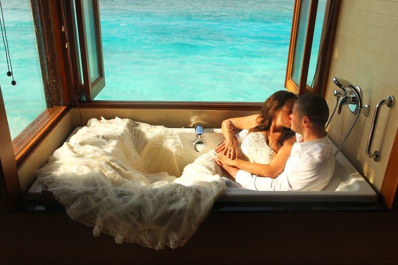 Жених и невеста в ванне в Мальдивах стоковая фотография rf