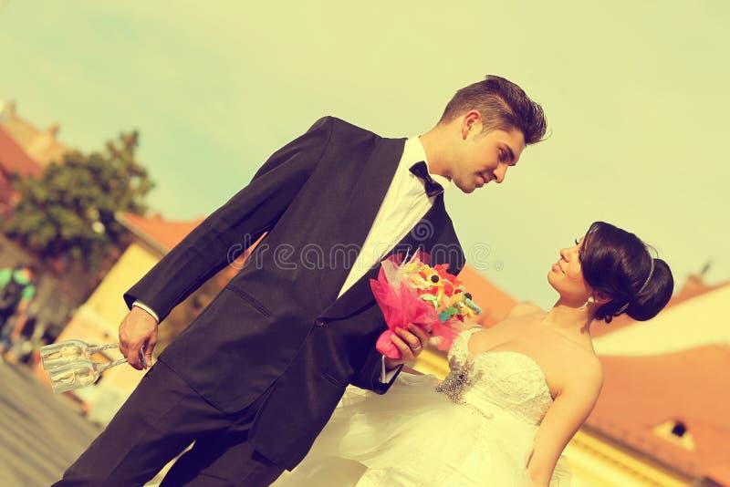 Жених и невеста в городе стоковые изображения rf