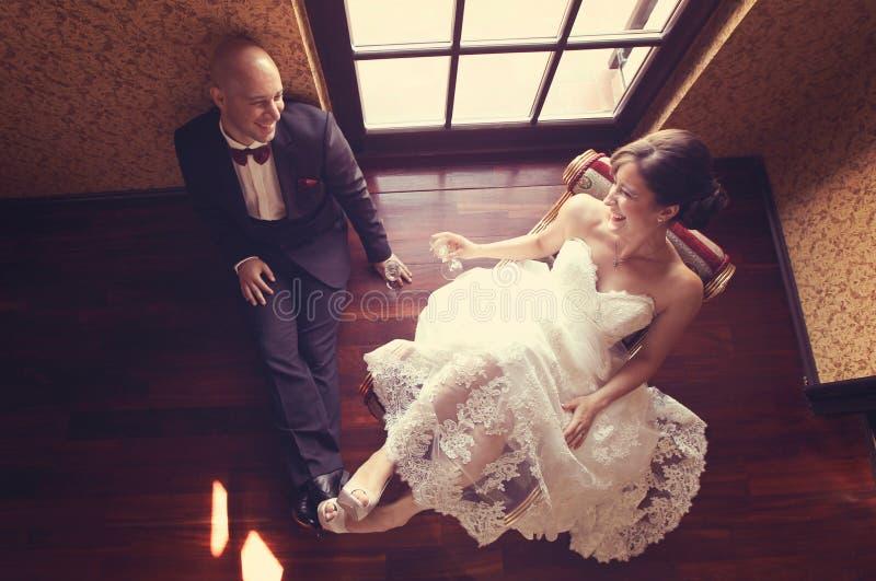 Жених и невеста в их дне свадьбы чувствуя большой стоковое фото rf