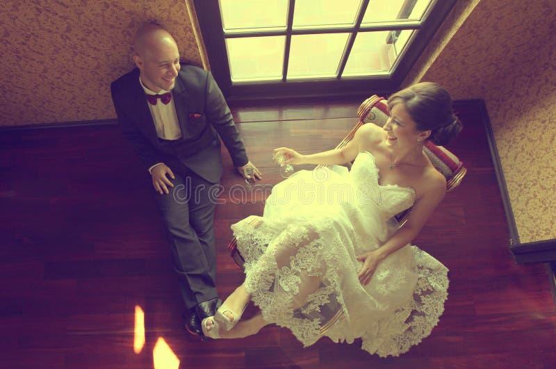 Жених и невеста в их дне свадьбы чувствуя большой стоковые фото