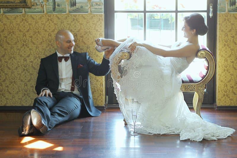 Жених и невеста в их дне свадьбы чувствуя большой стоковые изображения rf