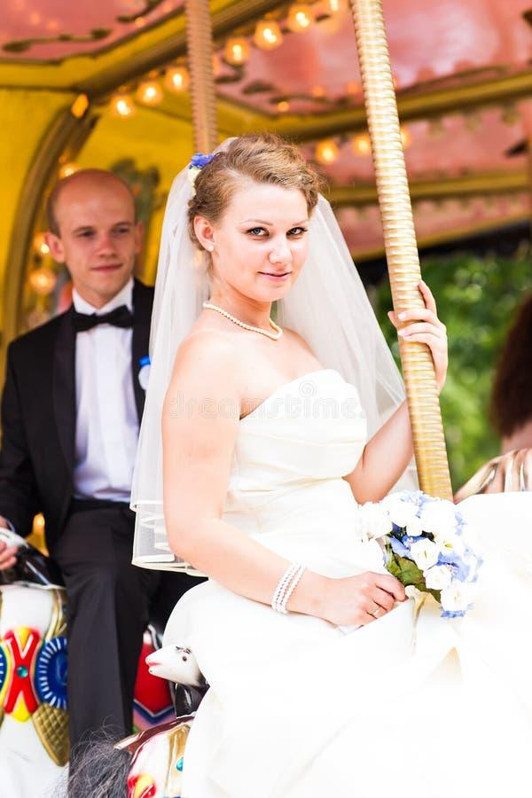 Жених и невеста в экипаже стоковое фото
