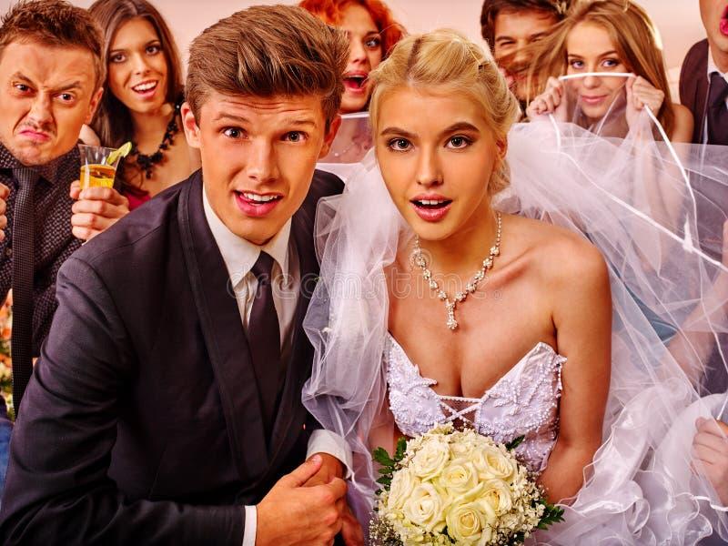 Жених и невеста в photobooth стоковые фото
