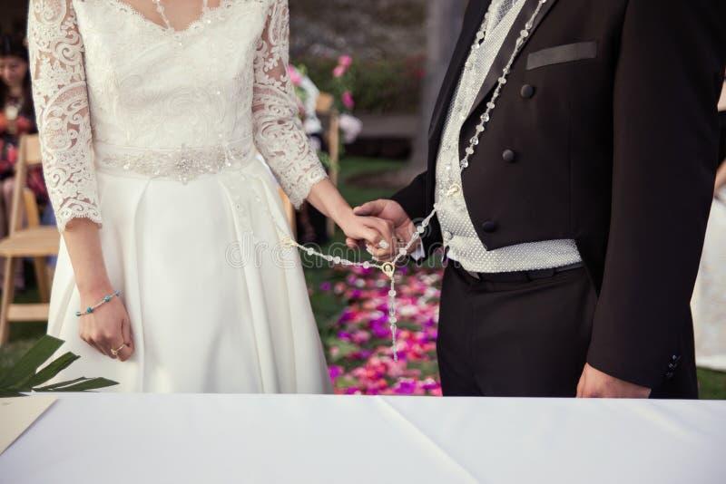 Жених и невеста держа руки стоковые фото