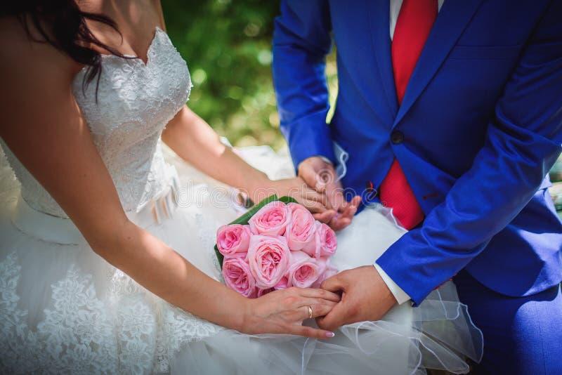 Жених и невеста держа bridal конец букета вверх стоковые фото