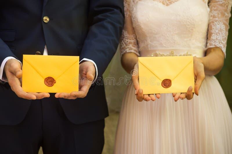 Жених и невеста держит любовные письма стоковые фотографии rf