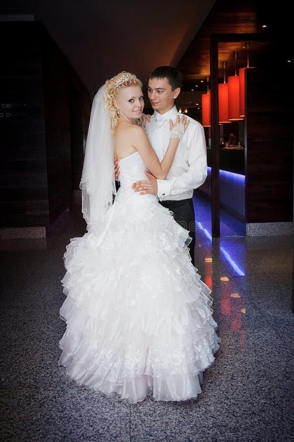 Жених и невеста детенышей танца стоковая фотография rf