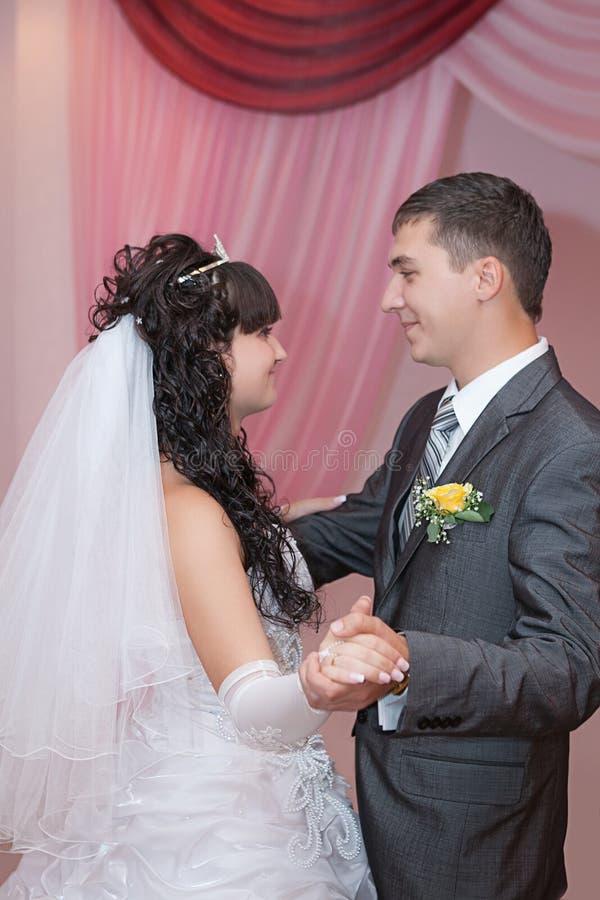 Жених и невеста детенышей танца стоковое фото