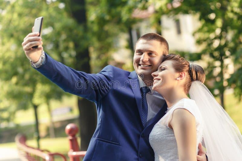 жених и невеста делает selfie стоковое фото rf