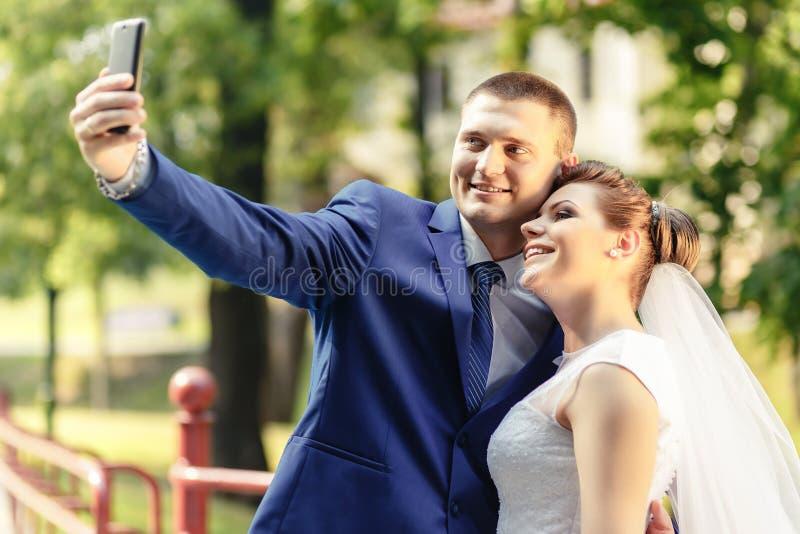 жених и невеста делает selfie стоковое фото