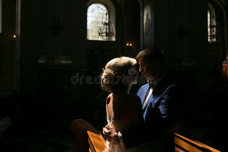 Жених и невеста загоренный светом стоковые фото