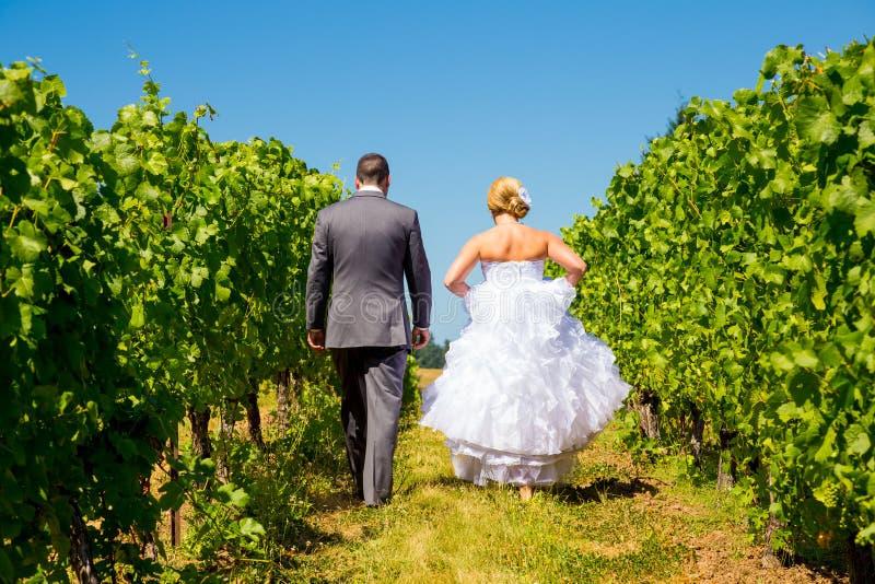 Жених и невеста идя прочь стоковые изображения
