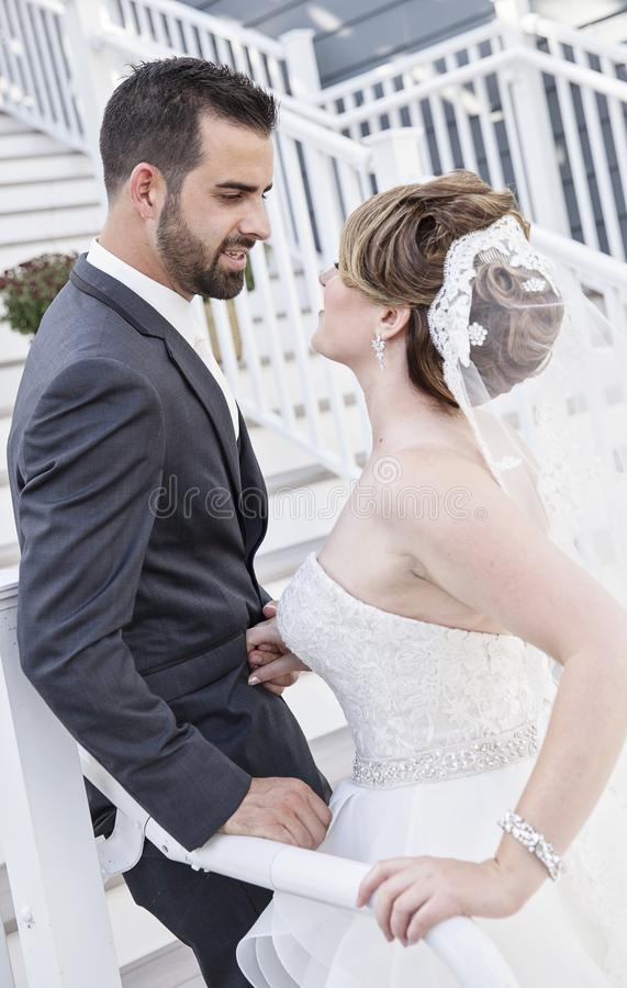 Жених и невеста лицом к лицу на лестницах стоковая фотография