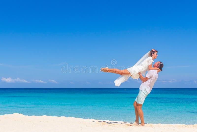 Жених и невеста, молодая любящая пара, на их день свадьбы, outd стоковое изображение rf