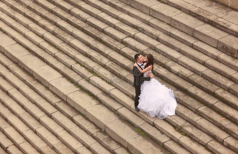 Жених и невеста на лестницах стоковые фото