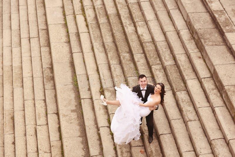 Жених и невеста на лестницах стоковые изображения rf