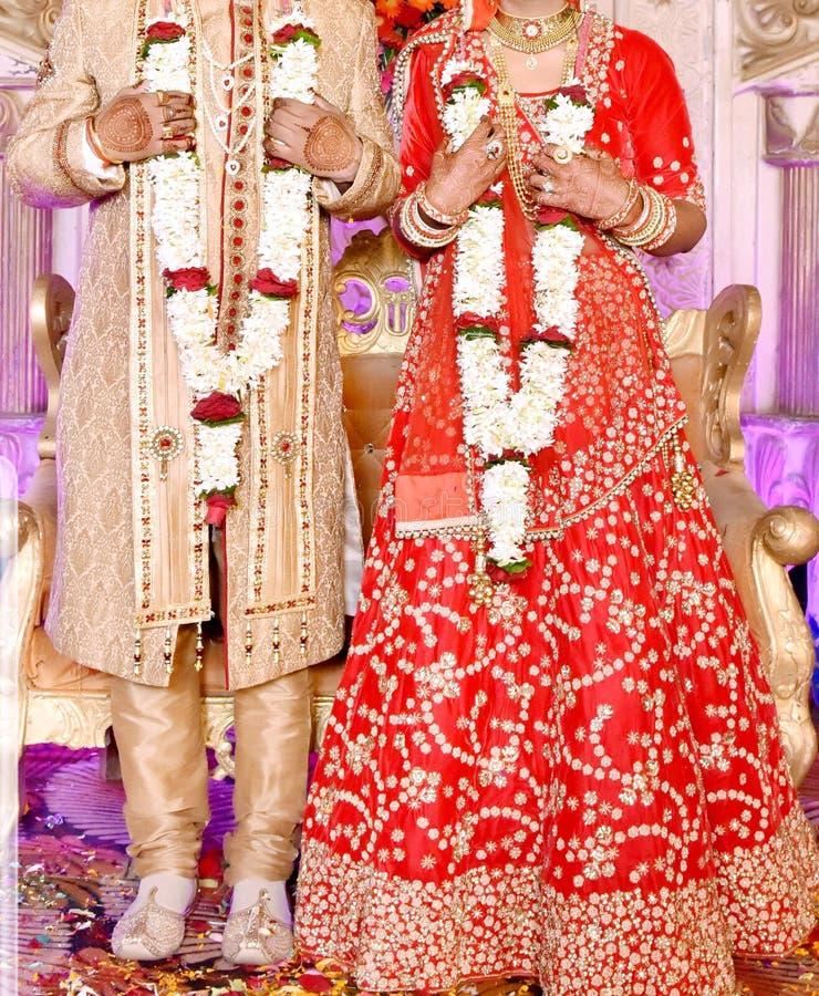 Жених и невеста на индийской свадьбе стоковое фото rf