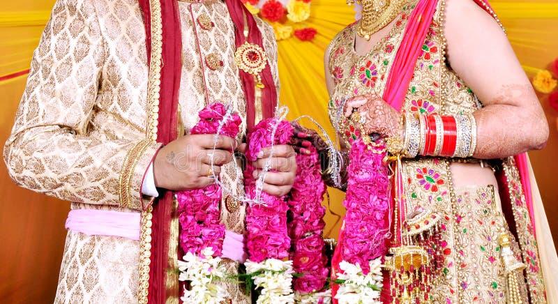Жених и невеста на индийской свадьбе стоковое изображение rf