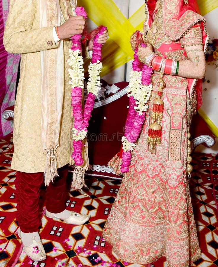 Жених и невеста на индийской свадьбе стоковая фотография rf