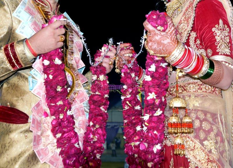 Жених и невеста на индийской свадьбе стоковые изображения rf