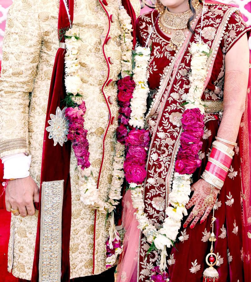 Жених и невеста на индийской свадьбе стоковое изображение