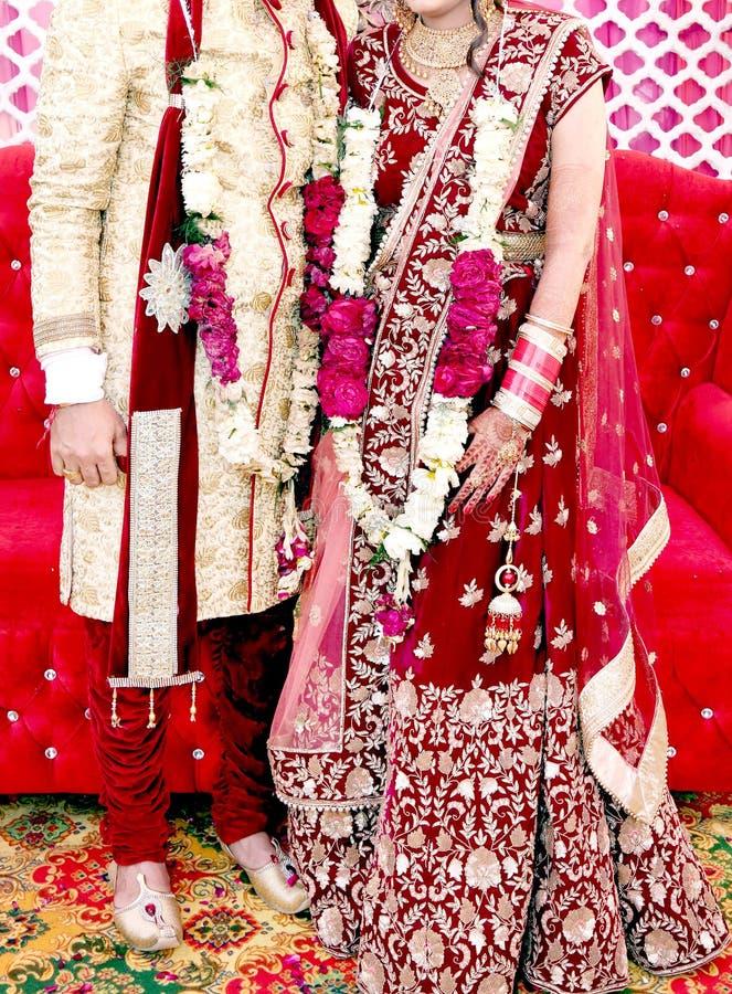 Жених и невеста на индийской свадьбе стоковые изображения