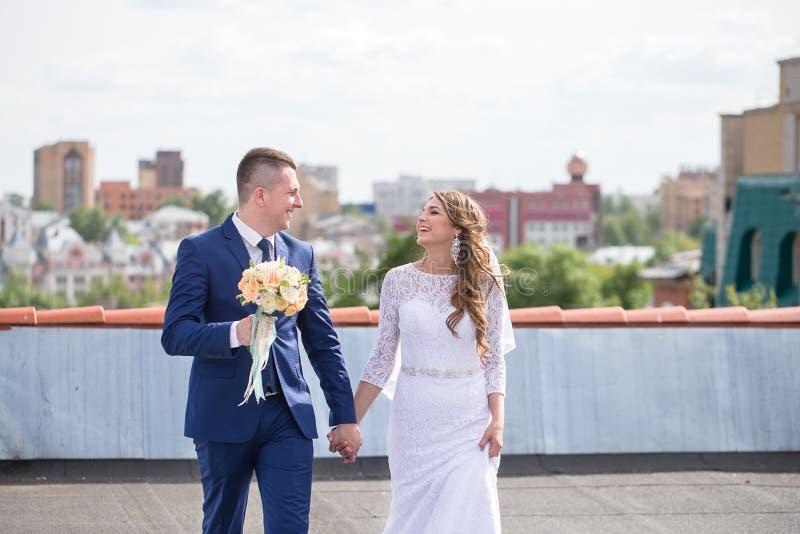 Жених и невеста на крыше стоковое фото