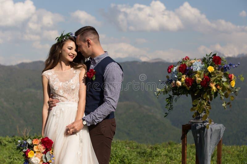 Жених и невеста на предпосылке потока горы стоковые фото