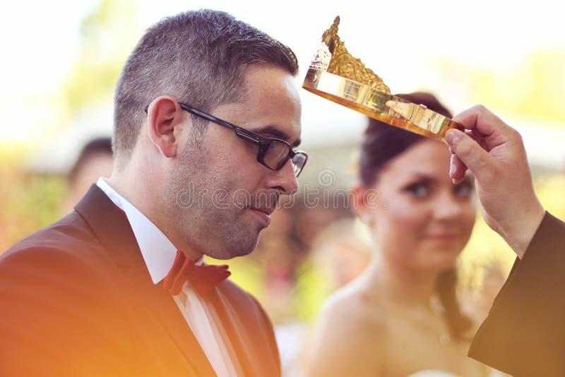 Жених и невеста на церемонии церков стоковые изображения rf
