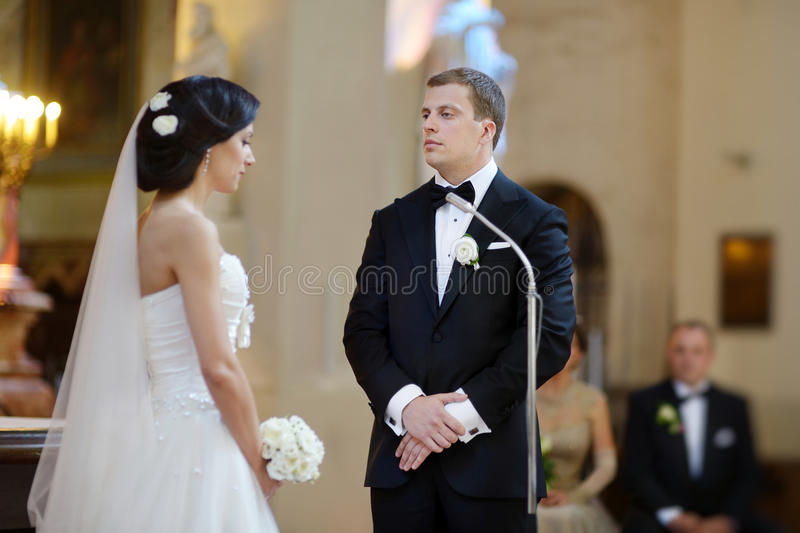 Жених и невеста на церков стоковые изображения rf