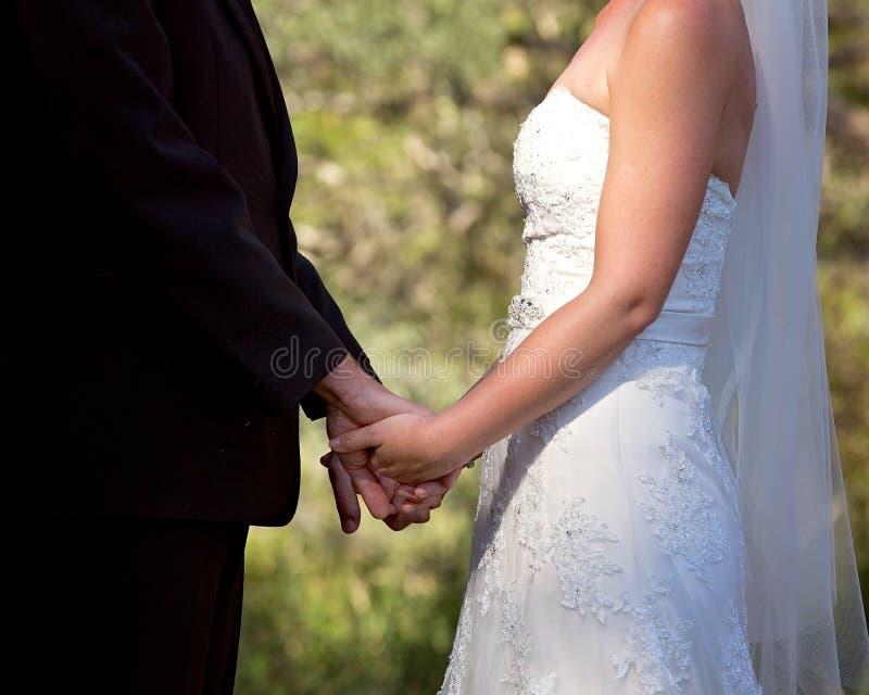 Жених и невеста обменивая зароки свадьбы стоковая фотография rf
