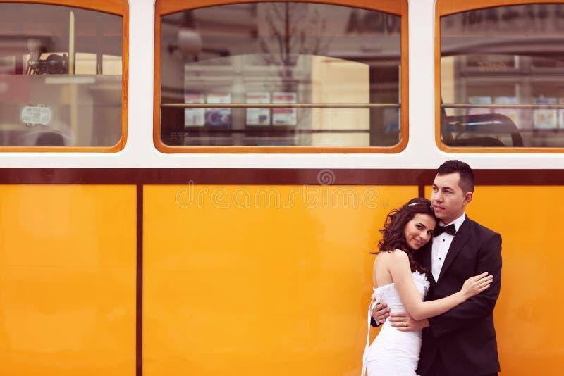 Жених и невеста около трамвая стоковые фото