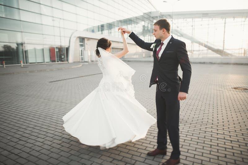 Жених и невеста пар свадьбы держа руки стоковое изображение