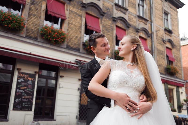 Жених и невеста перед свадьбой стоковая фотография