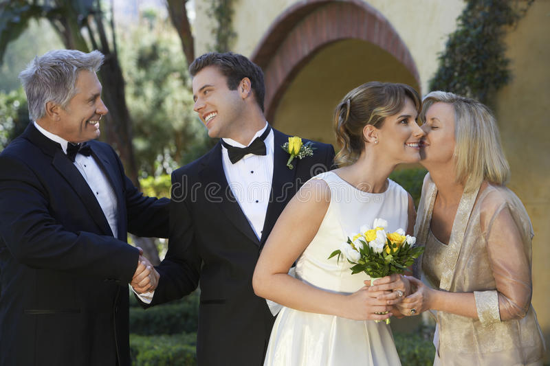 Жених и невеста с родителями стоковое фото rf