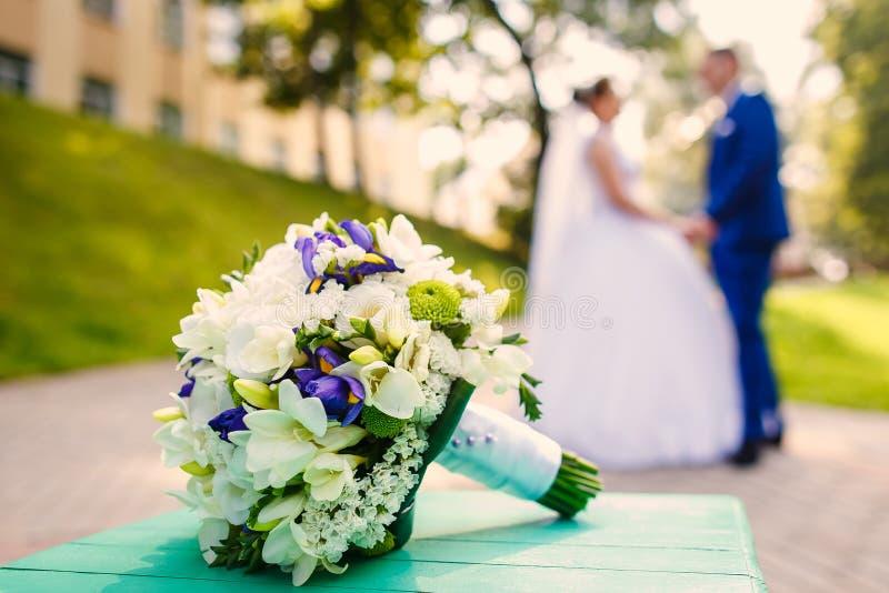 Жених и невеста танцует совместно стоковое изображение rf