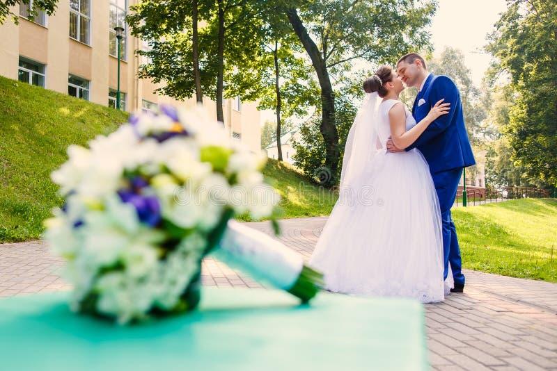 Жених и невеста танцует совместно стоковая фотография rf