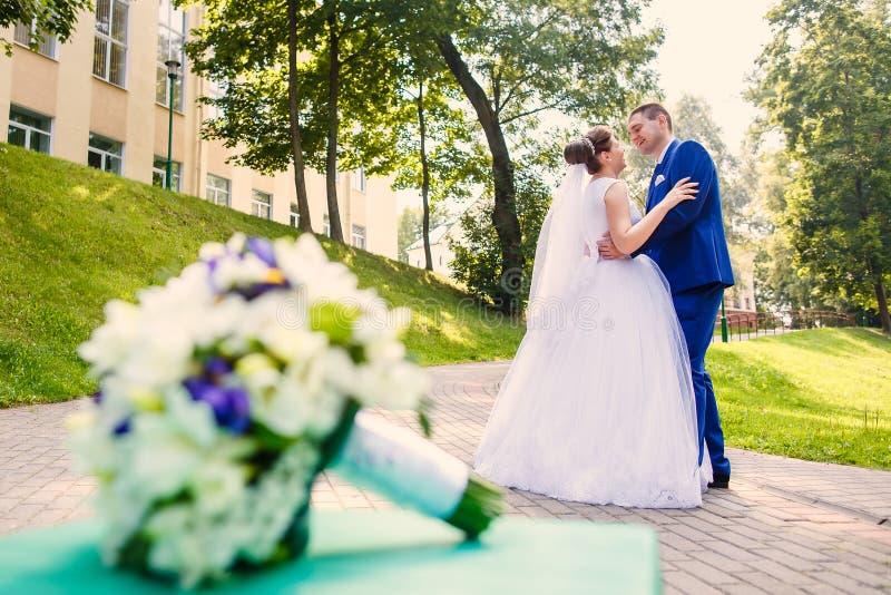 Жених и невеста танцует совместно стоковые фотографии rf