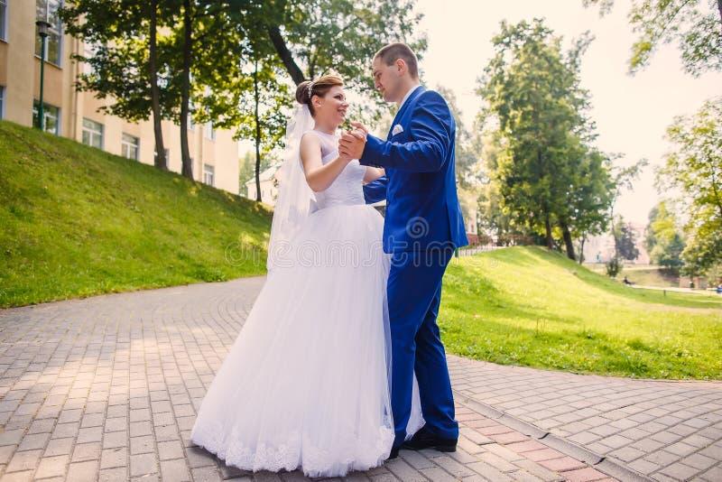 Жених и невеста танцует совместно стоковые изображения rf
