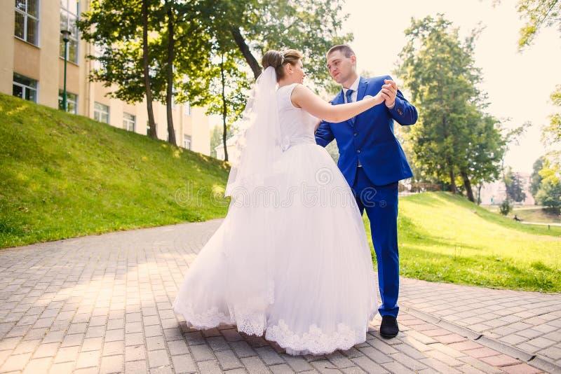 Жених и невеста танцует совместно стоковые фото