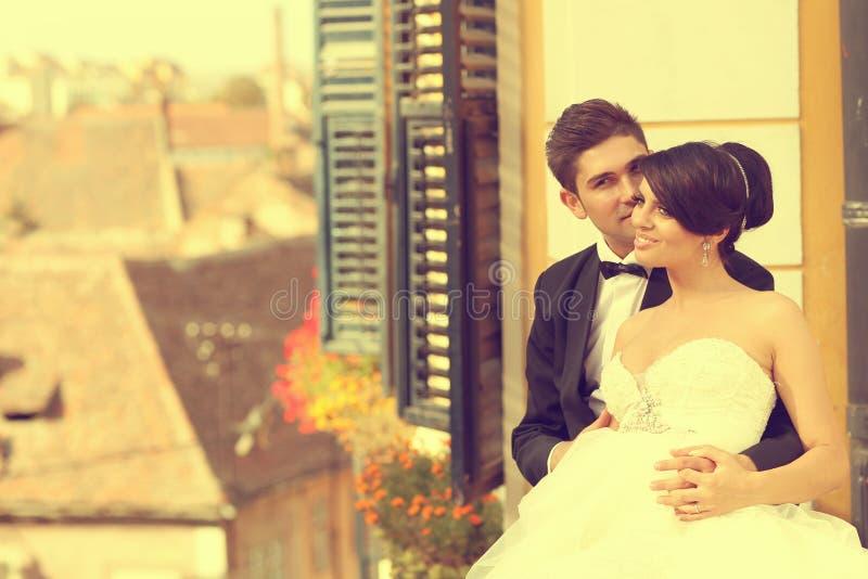 Жених и невеста целуя и обнимая в городе стоковое изображение rf